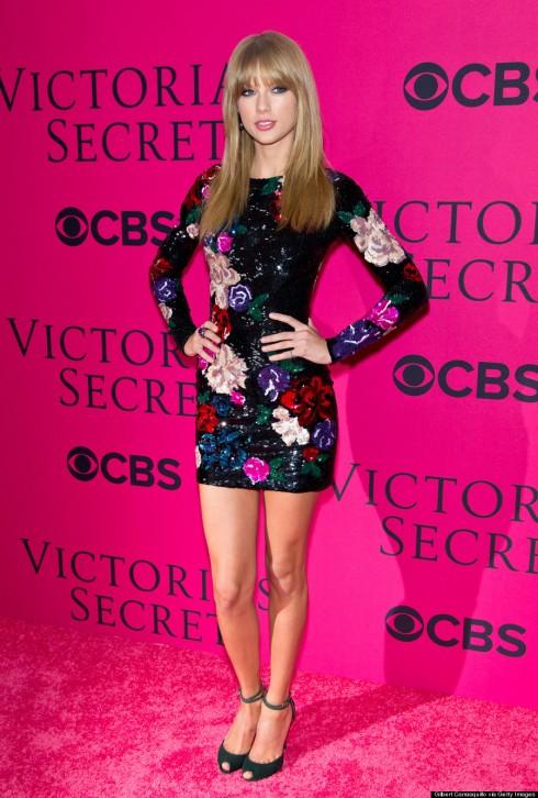 <br/>Là ca sĩ khách mời trong show diễn năm nay, Taylor Swift vô cùng xinh đẹp trong chiếc đầm hoa sequin lấp lánh.