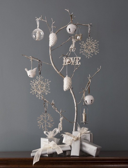 Nếu nhà quá chật, bạn có thể trưng những cây thông mi ni trên mặt bàn.