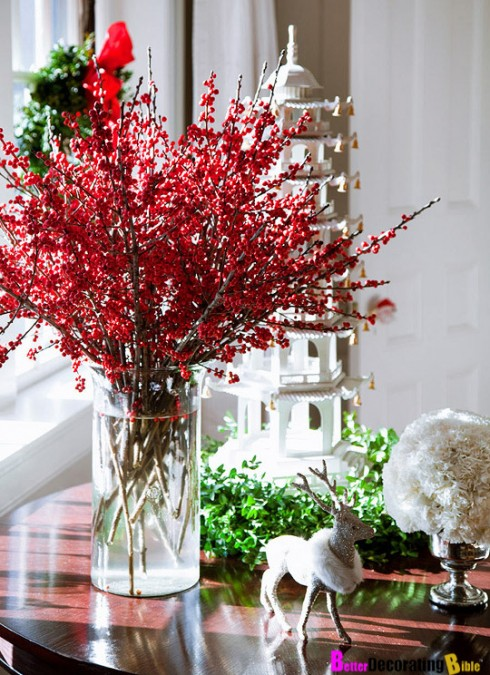 Bạn có thể trang trí nhà cửa bằng những chậu cây hoặc bình hoa sáng màu.