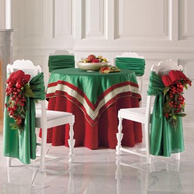 Những chiếc ghế cũng có thể được quàng khăn một cách duyên dáng.