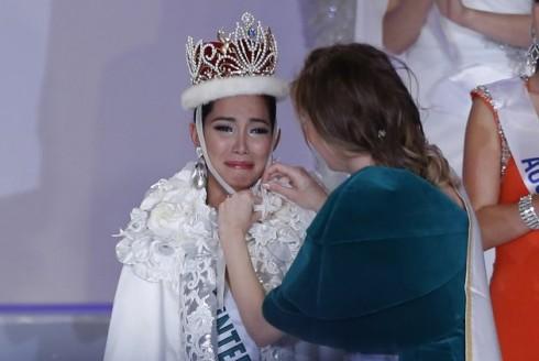 Tân Hoa hậu quốc tế xúc động khi được trao vương miện
