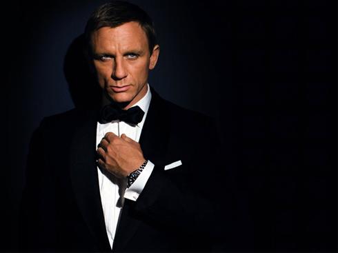 Điệp viên James Bond mặc vest của thương hiệu Brioni vượt qua bao chông gia thử thách, chưa bao giờ mất đi vẻ phong trần mà rất điềm tĩnh của mình.