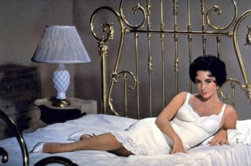 Từ đầu những năm 1930, có một nguyên tắc bất di bất dịch ở Hollywood là các nữ diễn viên chỉ được xuất hiện trên màn ảnh khi mặc slip dress trở lên. Điều này đã khiến cho chiếc đầm lót hai dây trở thành biểu tượng của sự sexy, cám dỗ thời đó thay vì đó lót nóng bỏng. Năm 1958, Elizabeth Taylor mặc một chiếc đầm hai dây viền ren trong Cat on a Hot Tin Roof đã khiến bất cứ người xem nào cũng thấy nóng bừng.
