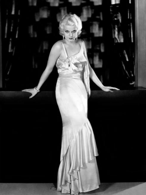 Năm 1931, ngôi sao màn bạc Hollywood, nàng bomshell tóc vàng chính hiệu, mặc một mẫu đầm satin tiền thân của slip dress trong phim The Public Enemy. Từ đó dạng trang phục từ vải cắt chéo này gắn bó với hình ảnh của quả bom sex trong rất nhiều phim tiếp theo, trong đó có  Dinner at Eight.