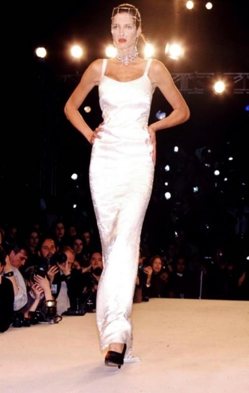 Calvin Klein không phải là nhà thiết kế hiện đại đầu tiên theo đuổi slip dress nhưng với tư duy táo bạo đã trở thành người đã đóng góp đặc biệt cho sự nổi lên của trào lưu này. Năm 1989, chiếc đầm slip ren ánh kim của hãng đã trở thành mẫu bán chạy nhất. Nhiều hãng khác từ Donna Karan, Ralph Lauren, Josie Natori, Isaac Mizrahi, Todd Oldham, Bradley Bayou  và David Dart đều bắt đầu nhảy vào vòng quay của xu hướng slip dress những năm 1990