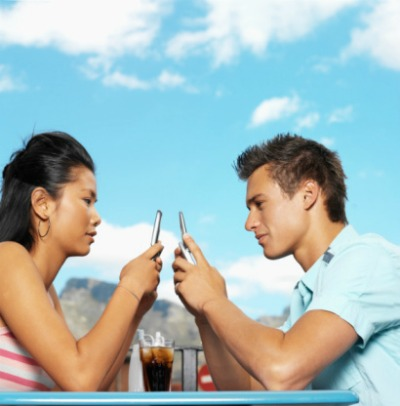 0825_dating_couple_texting_sm
