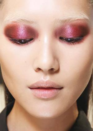 10.  Mắt màu rượu vang: như trong show Gucci, một cách để làm mới mắt khói đen xám quen thuộc.