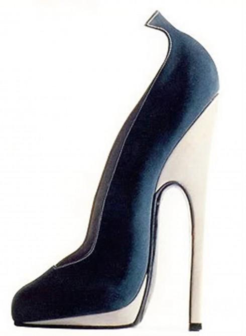 Nghệ nhân làm giày người Pháp André Perugia tạo ra một đôi giày cao lênh khênh với gót mảnh mai cho nữ ca sỹ quán rượu tên là Mistinguett vào năm 1948. Cô thường mang chúng khi ra cửa đón những tình nhân của mình. Perugia bảo: 'Mỗi phụ nữ không chỉ ý thức về đôi bàn chân mình mà còn hiểu rõ về sức mạnh tình dục của nó'.