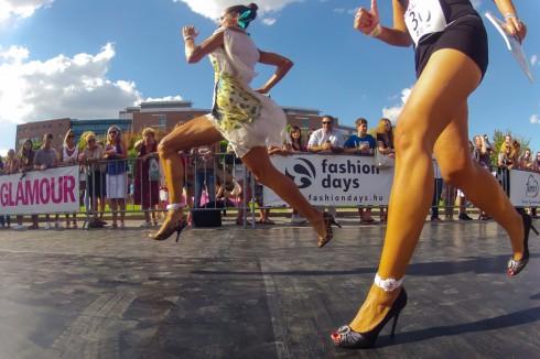 Các tín đồ thời trang yêu thích stiletto đến nỗi họ sẵn sàng tham gia những cuộc thi chạy khi mang chúng. Nhiều cuộc thi như vậy đã diễn ra, kể cả dành cho các quý ông. Từ năm 2006 đến nay, tạp chí Glamour đã tổ chức cuộc thi Glamour Stiletto Run thường niên tại nhiều thành phố trên thế giới nhằm mục đích thiện nguyện. Các cô gái muốn tham gia cuộc đua phải mang giày cao ít nhất 7cm và có gót không rộng quá 1,5cm