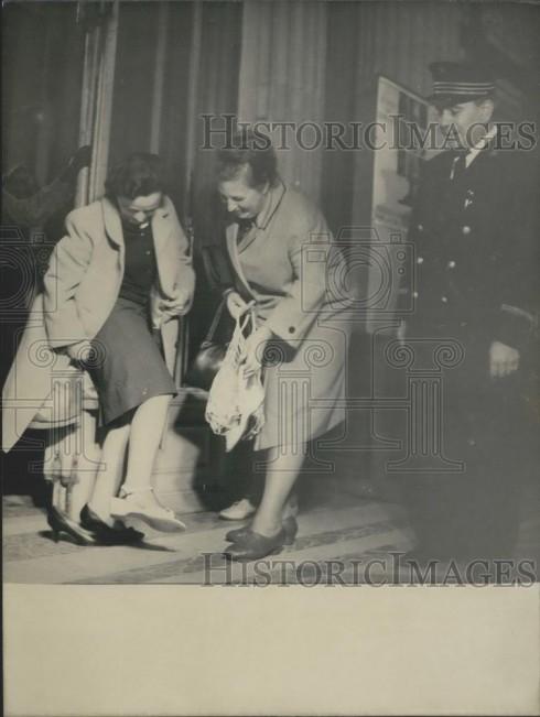 Khi stiletto trở nên rất phổ biến, Louvre và nhiều bảo tàng khác tại Pháp ra lệnh cấm khách tham quan mang loại giày này vào tham quan. Chóp nhọn của gót giày đã khiến cho sàn của những nơi này bị hư hỏng ngày càng nặng nên nếu muốn vào trong, khách phải thay bằng sandal. Tuy nhiên lệnh cấm vào năm 1964 này có vẻ cũng đã trễ vì xu hướng stiletto không còn duy trì được độ nóng từ cách đó một năm.