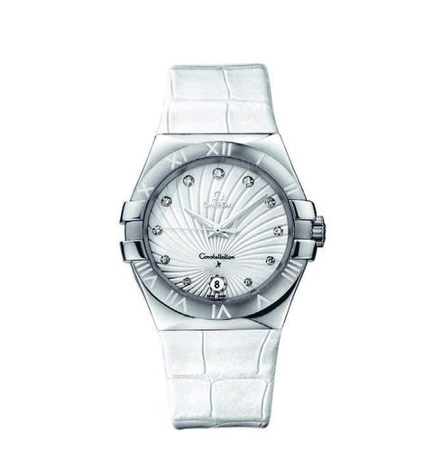 Một thiết kế đặc biệt ấn tượng của dòng Constellation với mặt sapphire chống xước, thép không gỉ, dây đeo cao su Omega