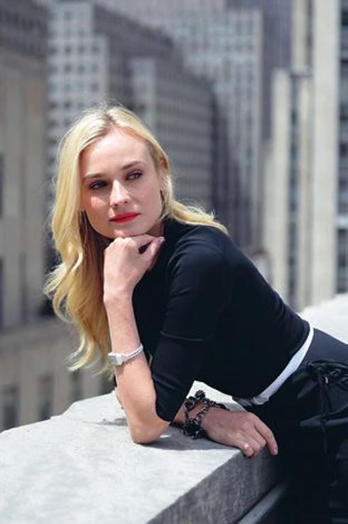 Nữ diễn viên Diane Kruger thanh lịch với đồng hồ dây mảnh màu trắng của Jaeger-LeCoultre