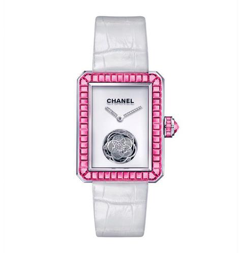 Đồng hồ Chanel Flying Tourbillon lấy cảm hứng từ dáng chai nước hoa Chanel No.5. Ta có thể nhìn thấy phần chuyển động của máy qua đóa hoa trà duyên dáng. Đồng hồ được trang trí bằng hồng ngọc, vàng trắng và kim cương Chanel.