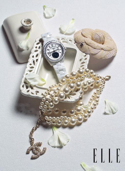 Chanel - Cài áo hoa trà, đồng hồ J12 Moonphase dây sứ, vòng tay ngọc trai.