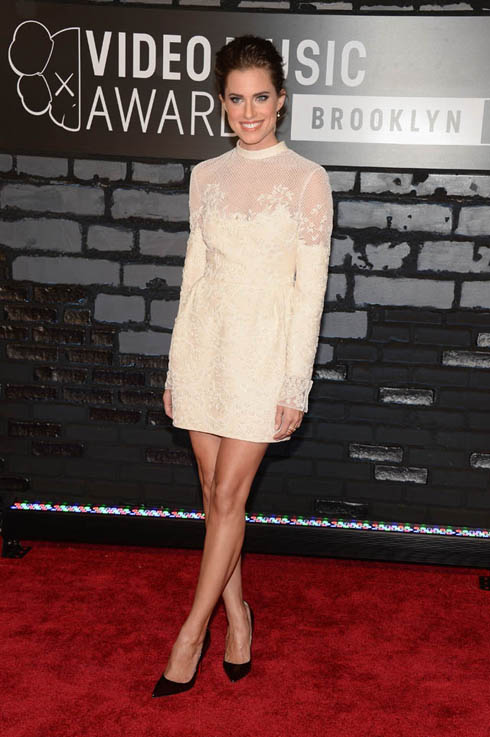 Diễn viên Alison Williams cùng mẫu váy ren Valentino tinh xảo này được bình chọn là một trong những chiếc váy đẹp nhất trên thảm đỏ lễ trao giải MTV VMA 2013