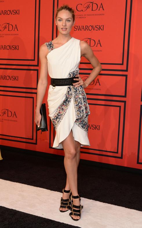 Người mẫu Victoria Secret - Candice Swanepoel xuất hiện trên thảm đỏ sự kiện CFDA Fashion Awards trong chiếc đầm lụa Prabal Gurung trắng đính đá.