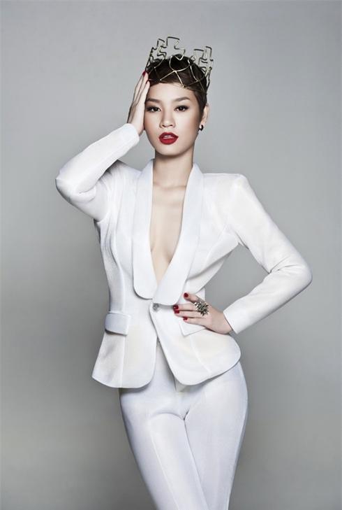 Kiểu blazer trắng kết hợp cùng quần tây dáng ôm giúp ca sĩ Trà My Idol trông rất quyến rũ!