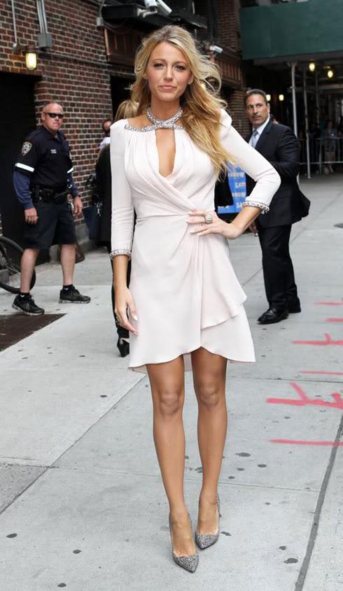 Nữ diễn viên Blake Lively đến talk show của Letterman trong chiếc đầm lụa trắng có viền cổ đính pha lê của Jenny Packham