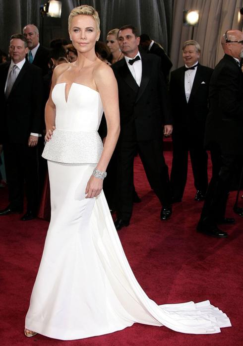 Nữ diễn viên xinh đẹp Charlize Theron lựa chọn mẫu đầm trắngtrong BST Dior HauteCouture cho Lễ traogiải Oscar 2013