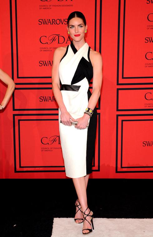 Người mẫu Hilary Rhoda trong một thiết kế tinh tế được pha trộn giữa sắc trắng và đen của Helmut Lang.