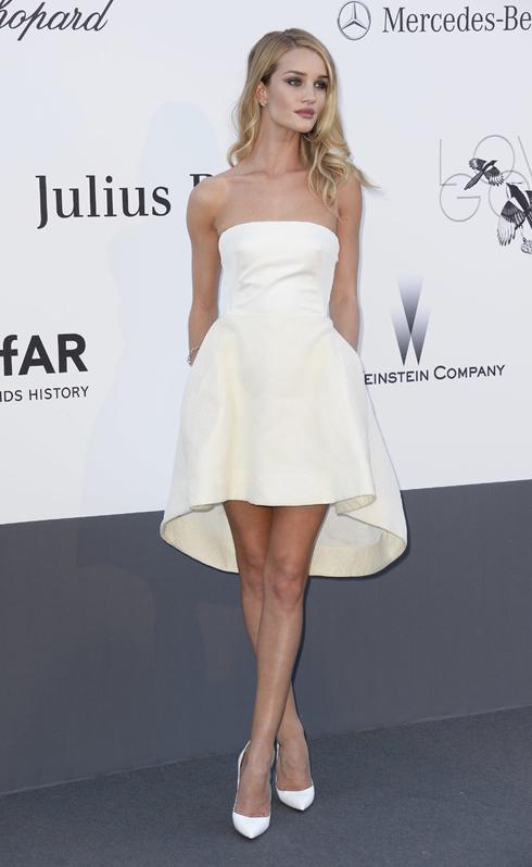 Người mẫu Rosie Huntington- Whiteley tham dự sự kiện amFAR Gala tổ chức tại Cannes trong thiết kế tuyệt đẹp của Dior