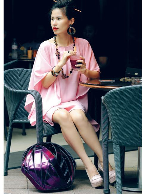 """Thứ Năm: Café Mojo luôn là điểm hẹn lý tưởng của cô cho những cuộc gặp gỡ bạn bè.<br/>Tip: Những chiếc túi với kiểu dáng thiết kế độc đáo sẽ là trợ thủ đắc lực cho phong cách """"streetstyle"""" của bạn (Đầm lụa Thuy Design House, Túi hình cầu Perrin Paris, Nhẫn Nkevin, Vòng tay và vòng cổ Hermès, Ví cầm tay Dolce&amp;Gabbana, Giày Topshop)."""