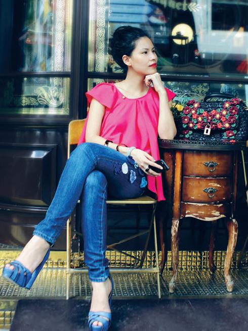 Thứ Bảy: Những trang phục và phụ kiện với sắc màu rực rỡ luôn là lựa chọn cho những ngày cuối tuần của cô.<br/>Tip: Thể hiện sự cá tính cùng lúc với vẻ nữ tính bằng cách kết hợp quần jeans bụi bặm và chiếc áo chất liệu lụa mềm mại (Áo lụa, Quần jeans đính hoa Thuy Design House, Túi xách Dolce&amp;Gabbana, Vòng tay Hermès, Giày Topshop).