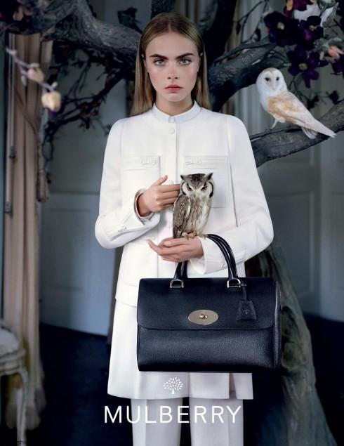Ở chiến dịch mùa Thu Đông vừa rồi, làng thời trang thế giới được dịp chiêm ngưỡng nét bí ẩn của Cara bên cạnh những con chim cú trong khung cảnh lạnh lẽo héo úa mùa đông.