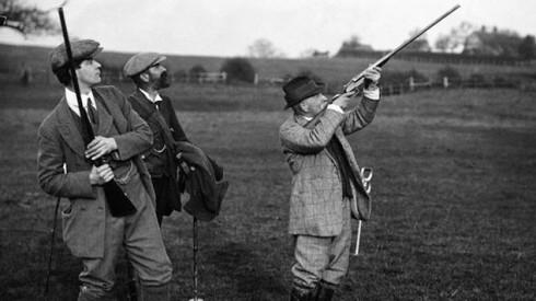 2. Giới quý tộc Anh & đồng phục vải tweed<br/>Giữa thế kỷ 18, Hoàng tử Albert của Vương quốc Anh mua lại khu đồn điền Balmoral ở Scotland. Nhận thấy tính chất chống gió, chống nước rất phù hợp với các hoạt động ngoài trời của loại vải tweed, ông đã thiết kế họa tiết Balmoral đặc trưng, dễ lẫn vào thiên nhiên để làm đồng phục săn bắn cho mình và tùy tùng. Trào lưu đồng phục vải tweed với họa tiết riêng ở các đồn điền đã lan rộng và chẳng bao lâu sau, trang phục vải tweed đã trở nên thông dụng trong tất cả các hoạt động thể thao, săn bắn ngoài trời của giới quý tộc Anh.