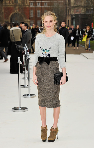 Kate Bosworth là một tín đồ của vải tweed. Trong hình là diễn viên xinh đẹp này cùng váy bút chì vải tweed của Burberry.