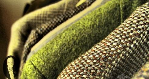 Cũng như người anh em flannel, những mảnh vải tweed đầu tiên được dệt nên tại vùng đất lạnh giá và ẩm ướt Scotland. Bằng cách kết hợp sợi len nguyên chất và kỹ thuật dệt vân chéo, các thợ dệt người Scotland đã cho ra đời một loại vải thô, dày, vừa ấm áp, vừa bền chắc để phục vụ tầng lớp lao động ở đây.<br/> Từ thế kỷ 18 cho đến nay, qua bàn tay của tầng lớp thượng lưu Anh và huyền thoại Coco Chanel, vải tweed thông dụng đã được nâng tầm lên thành chất liệu cao cấp với các thiết kế đã đi vào lịch sử và cái giá chỉ dành cho tầng lớp thượng lưu.