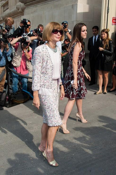 Vải tweed được nhiều ngôi sao đình đám trên thế giới yêu thích vì khả năng biến hóa đa dạng: từ suit, váy đầm, đến áo kiểu, áo khoác, quần short, từ sắc trắng xám cổ điển đến màu xanh, hồng, vàng hiện đại. <br/>Tổng biên tập Vogue Anna Wintour xuất hiện tại Tuần lễ Thời trang Paris với bộ áo và váy vải tweed.