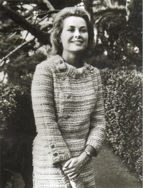 Công nương xứ Monaco Grace Kelly cũng là một trong những nhân vật góp phần tạo nên xu hướng sử dụng vải tweed như chất liệu cao cấp khi bà thường xuyên xuất hiện trong những bộ suit vải tweed.