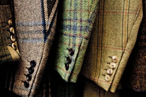 """1. Nguồn gốc tên gọi<br/>Theo lời kể, tên gọi vải """"tweed"""" ra đời từ nhầm lẫn của thương buôn ở London. Vào năm 1830, thương buôn này nhận được một lá thư hỏi về loại vải """"tweel"""" (từ địa phương của Scotland dùng để chỉ vải dệt chéo – """"twill""""). Vị thương buôn đã đọc nhầm từ """"tweel"""" thành """"Tweed"""" – tên một con sông chảy qua vùng nổi tiếng về nghề dệt ở Scotland – và nhầm tưởng đây là tên gọi chính thức của loại vải này. (Ảnh: Huntsman)"""