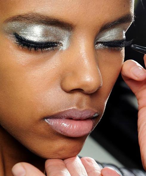 Màu bạc bừng sáng <br/>Trộn kem lót (primer) và phấn mắt màu bạc lại, dùng cọ thoa chúng lên mi mắt trên, mi mắt dưới và hốc mắt. Nếu bạn muốn ấn tượng hơn nữa, tán phấn ra toàn bộ hốc mắt đến tận chân mày!  <br/> Một đường kẻ màu đen và mascara đậm để làm điểm nhấn cho đôi mắt.  <br/>Nên nhớ là trang điểm khuôn mặt nhạt và màu môi thật tự nhiên để trông bạn không bị lòe loẹt quá với kiểu mắt này.