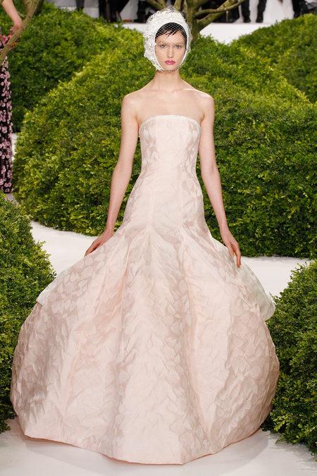 Thiết kế cho BST Haute Couture DIOR Xuân 2013 của Raf Simons. Đây cũng là BST Couture đầu tiên Raf làm cho nhà mốt huyền thoại này.