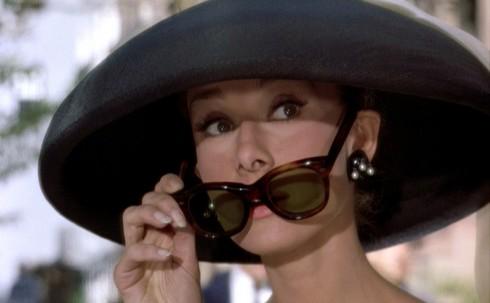 Wayfarer phổ biến trong thập niên 1950 và đầu 1960 khi rất nhiều người nổi tiếng lựa chọn như diễn viên James Dean, Marilyn Monroe, tổng thống John F. Kennedy, ... Mẫu kính mang lại vẻ sành điệu, quyền quý hay nổi loạn cũng tùy thuộc vào người mang nó. <br/>Khi hiện diện trên khuôn mặt Audrey Hepburn trong bộ phim Breakfast at Tiffany's, Wayfarer đồng hành cùng sự tinh tế, thanh lịch với chiếc đầm đen, những trang sức ngọc trai nhưng khi nhìn bậc thầy Pop Art Andy Warhol đeo nó lại mang một dáng vẻ khác. Bắt đầu từ cuối những năm 1960 sang thập niên 1970, Wayfarer nhường chỗ cho những mẫu kính có dáng bo tròn và nhẹ nhàng hơn như granny và oversize.