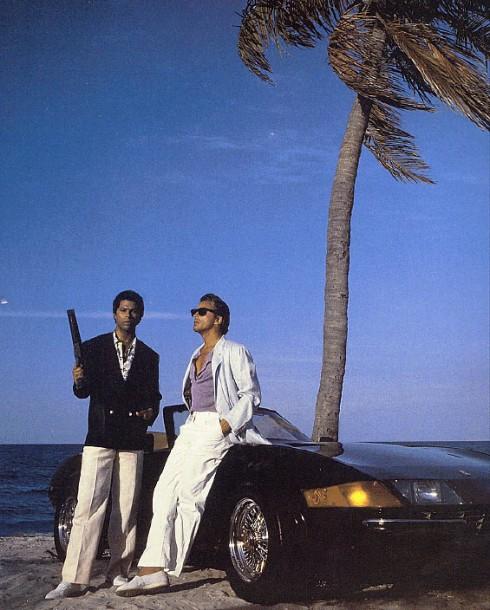 Thực ra số phận của Wayfarer thay đổi là nhờ vào một hợp đồng năm 1982 Ray-Ban đã ký với Unique Product Placement of Burbank, California trị giá 50.000 đô-la Mỹ mỗi năm để đưa các mẫu kính của hãng lên phim và show truyền hình. Từ năm 1982 đến 1987, các thiết kế của Ray-Ban xuất hiện trong hơn 60 phim và show truyền hình mỗi năm. Đến năm 1986, sau khi được đưa và các phim Miami Vice (ảnh), Moonlighting và The Breakfast Club, con số đã tăng lên 1,5 triệu chiếc.