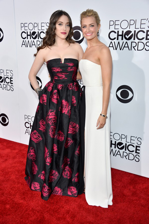Hai nữ diễn viên Hosts Kat Dennings và Beth Behrs.