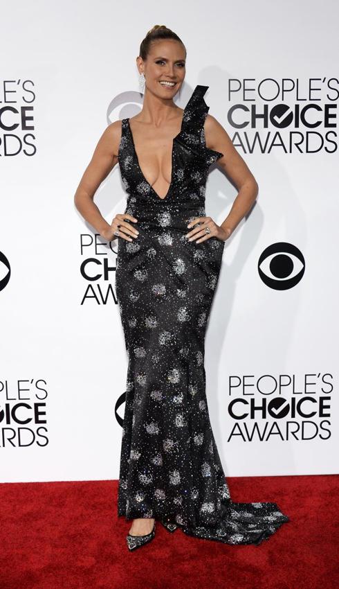 Siêu mẫu Heidi Klum nổi bật trong chiếc đầm đen ấn tượng của Armani và giày Christian Louboutin.