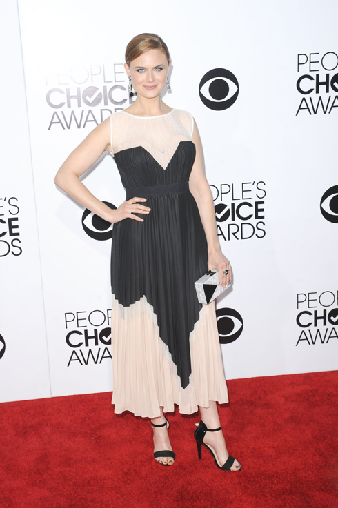 Nữ diễn viên 37 tuổi Emily Deschanel trong chiếc đầm của Max Azria.
