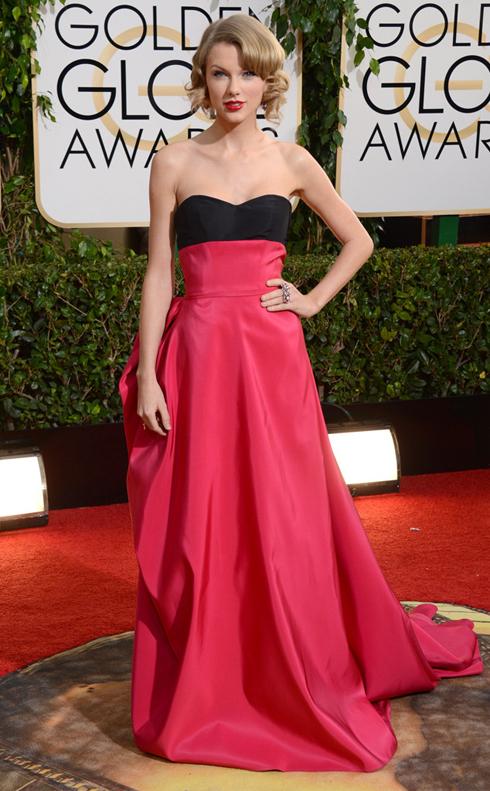 Hàng loạt trang báo mạng của thế giới đã bình chọn chiếc đầm Carolina Herrera của Taylor Swift là