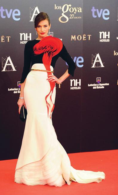 Tại lễ trao giải Goya Cinema, Nieves Alvarez chọn thiết kế của Stéphane Rolland với chi tiết hoa đỏ tuyệt đẹp.