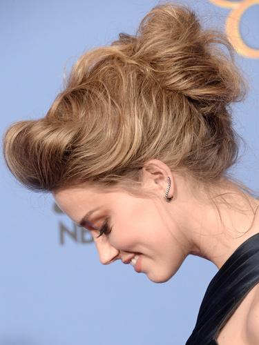 4. Amber Heard<br/>Điểm sáng chính là mái tóc được bới khá cầu kỳ của Amber. Đó là một cấu trúc được thiết kế đến hoàn hảo với phần đuôi tóc được bới nhẹ ở giữa đầu, phần mái được cuộn và sấy nhẹ ra phía sau, hai bên là những sợi tóc được buông rũ hờ hững. Nhưng tất cả đều trông rất effortless – không cố gắng. Và để mái tóc là điểm nhấn chính, Amber chọn kiểu trang điểm nude nhẹ nhàng và tinh tế.