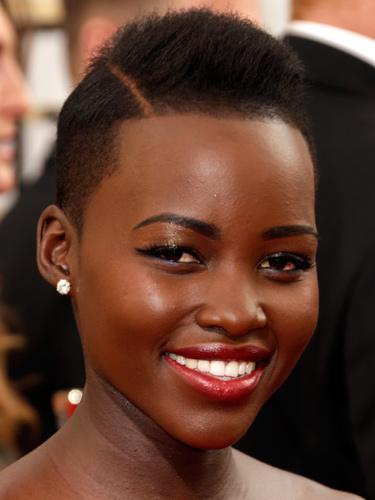 """9. Lupita Nyong'o<br/>Một cái tên khá lạ và mới mẻ nhưng chắc chắn bạn sẽ tiếp tục nghe nhắc đến nhiều trong mùa trao giải năm nay. Nữ diễn viên gốc Kenya này vừa góp mặt trong bộ phim đoạt giải Phim hay nhất năm """"12 years a slave"""" và đã kịp gây chú ý với những lựa chọn thời trang rất cá tính và có gu với Chanel, Lanvin… Khi xuất hiện trên thảm đỏ tối qua, cô đã chọn kiểu trang điểm khá vui nhộn và đầy trải nghiệm với đường viền mi dưới màu xanh có ánh nhũ, một chút phấn mắt ánh đồng, đường viên đen đậm ở mi trên và màu son đỏ cherry tươi tắn. Nghe có vẻ rất nhiều màu nhưng hoàn toàn phù hợp với màu da nâu của nữ diễn viên trẻ này."""