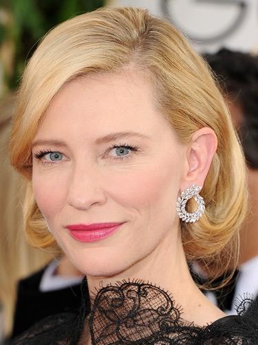 1. Cate Blanchett<br/>Mỗi lần Cate Blanchett xuất hiện trên thảm đỏ, bạn lại không khỏi trầm trồ vì vẻ đẹp không tuổi, làn da như men sứ và gu thẩm mỹ không thể chê vào đâu được của cô. Tại buổi trao giải Golden Globes tối chủ nhật vừa rồi, để cân bằng cho chiếc váy dạ hội đen bằng ren khá cầu kỳ của Armani Privé, Cate chọn kiểu tóc fob (faw-bob) được cuốn nhẹ vào trong rất nhẹ nhàng và nữ tính, gương mặt được trang điểm đơn giản với điểm nhấn duy nhất là đôi môi hồng cánh sen tươi tắn.