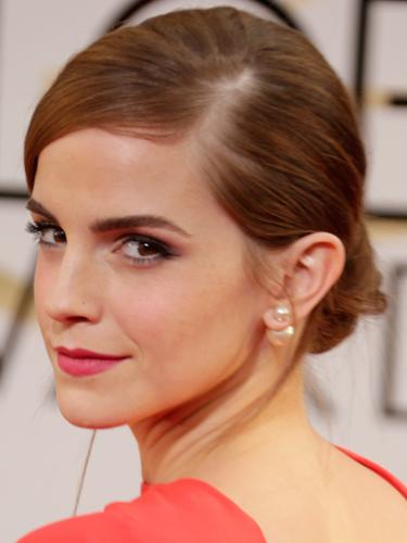 """3. Emma Watson<br/>Nữ viên trẻ của bộ phim Harry Potter luôn chứng tỏ mình có gu thẩm mỹ riêng và có những lựa chọn có thể khiến bạn bất ngờ. Đi cùng với bộ trang phục màu đỏ cam của Dior, Emma chọn kiểu tóc búi thấp cổ điển nhưng được """"hiện đại hoá"""" với phần tóc được chải lệch sang hẳn một bên. Nếu để ý kỹ hơn, bạn sẽ thấy đôi mắt của Emma được trang điểm khá công phu. Đó là kiểu mắt khói nhưng vẫn rất nhẹ nhàng và trẻ trung với tông màu hồng nhạt."""