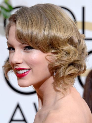 2. Taylor Swift<br/>Taylor Swift vẫn trung thành với phong cách trang điểm và kiểu tóc vintage. Tóc xoắn lọn buông nhẹ, mắt kẻ liner sắc nét và môi đỏ. Không bất ngờ, không mới lạ nhưng vẫn không chê vào đâu được. Làn da cô sáng rạng rỡ, trong veo và đầy sức sống.