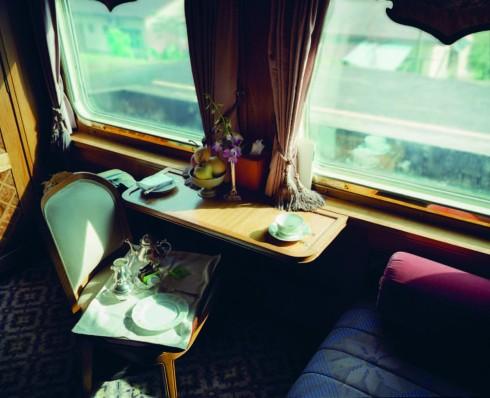Chuyến tàu sang trọng Eastern Oriental Express sẽ mang đến cho bạn những trải nghiệm tuyệt vời với phòng spa thư giãn, thư viện có diện tích lớn hoặc những khung cảnh rộng mở chân thực ngay trước mắt. Nếu muốn bạn cũng có thể dành những giờ phút một mình để thưởng thức trà chiều và lặng ngắm thế giới qua khung cửa sổ