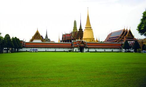 Thái Lan là điểm cuối của hành trình, mảnh đất này ngay lập tức chào đón du khách bằng lối kiến trúc đền chùa mang đậm hơi thở văn hóa bản địa mà nhìn từ xa đã có thể nhận ra